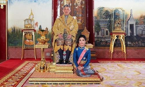 Quốc vương Maha Vajiralongkorn và Hoàng quý phi Sineenat Wongvajirapakdi trước khi bị tước danh hiệu. Ảnh: Reuters.