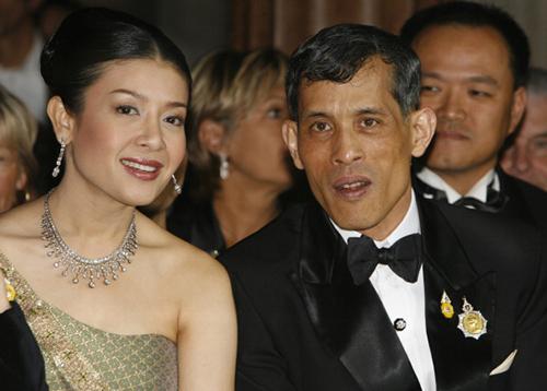 Nhà vua Vajiralongkorn và người vợ thứ baSrirasmi. Ảnh: Weekly Standard.
