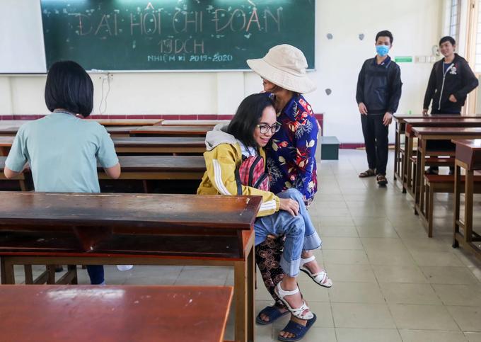 Người mẹ gần 15 năm bế con đi học