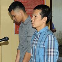 Bị cáo Quân (áo xanh) và Vinh tại tòa. Ảnh: H.N