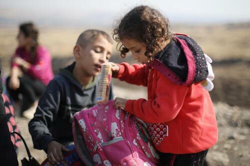 Trẻ em người Kurd chờ đợi qua cửa khẩu với Iraq, gần thành phố Derik, Syria hôm 21/10. Ảnh: Reuters.