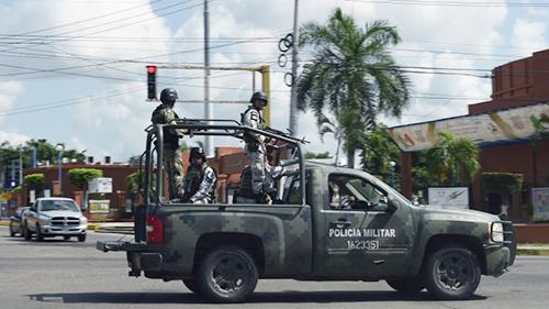 Cảnh sát tuần tra trên đường phố Culiacan, bang Sinaloa hôm 18/10 sau vụ đấu súng với băng đảng Sinaloa. Ảnh: AFP