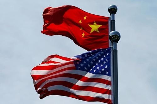 Cờ Mỹ và Trung Quốc tung bay tại Thượng Hải trước cuộc gặp giữa phái đoàn thương mại hai nước hồi tháng 7. Ảnh: Reuters.