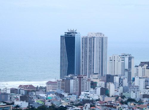 Hai khối nhà cao tầng thuộc tổ hợp khách sạn Mường Thanh và căn hộ cao cấp Sơn Trà nằm ven biển Đà Nẵng. Ảnh: Nguyễn Đông.