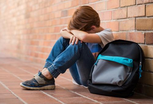 Bị bắt nạt, trẻ cảm giác cô lập khi ở trường. Ảnh: Shutterstock