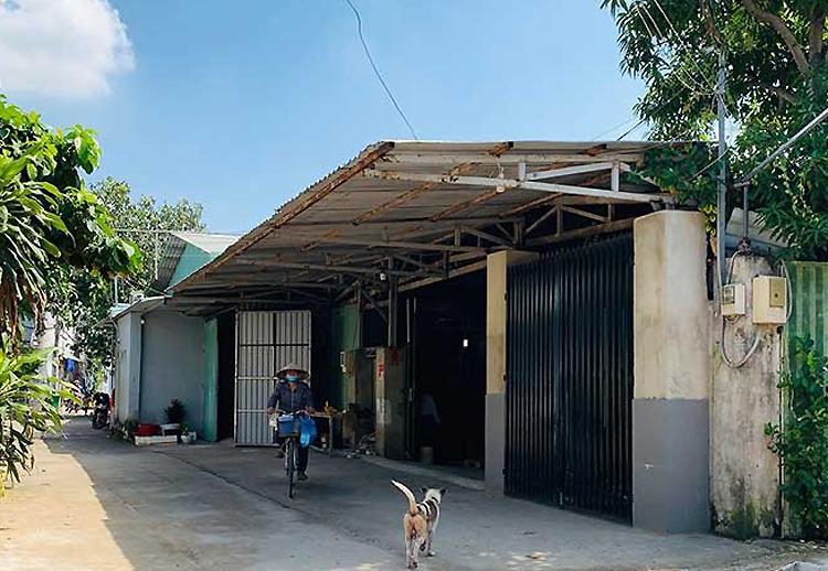 Dãy nhà xưởng của gia đình ông Lê Hữu Thành chiếm gần nửahẻm 419/14, khu phố 6, phường Hiệp Bình Chánh. Ảnh: Pháp luật TP HCM.