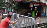 Khách Tây chụp ảnh đường tàu qua rào chắn