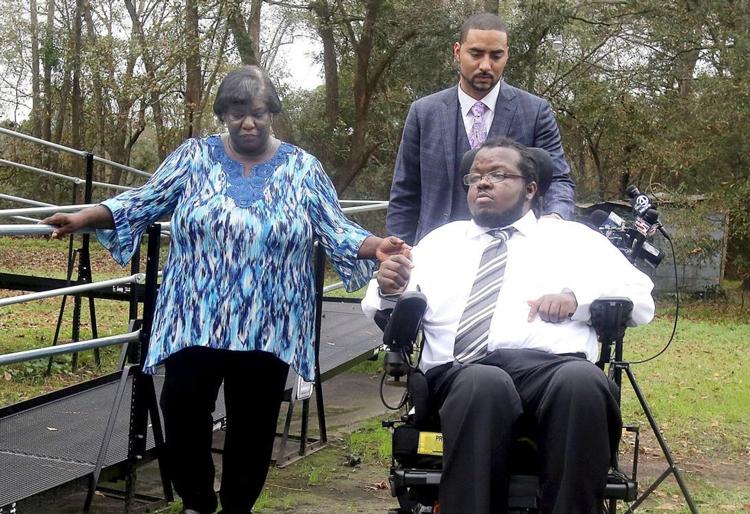 Bryant (áo trắng) bên cạnh mẹ và luật sư. Ảnh: The Post and Courier.