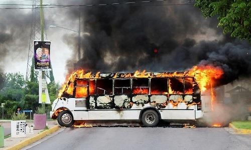 Chiếc xe bus bị các tay súng của băng đảng ma túy đốt cháy để chặn đường ngày 17/10. Ảnh: Reuters.