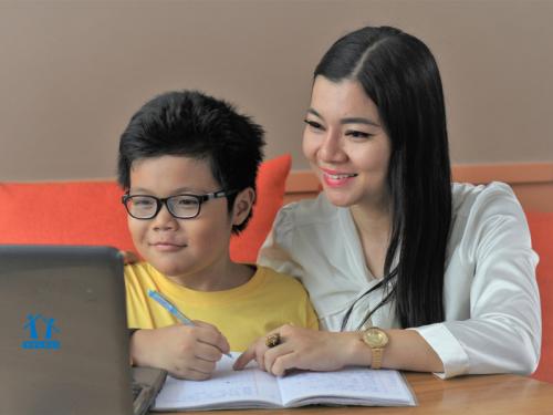Với phương pháp học trực tuyến, bố mẹ dễ dàng theo dõi hoạt động học tập của con.