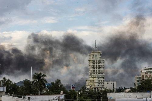 Thành phố Sinaloa chìm trong khói lửa trước sự bất lực của chính quyền Mexico. Ảnh: AP