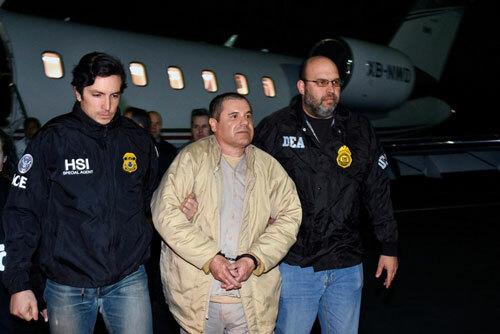 Guzman (giữa) bị dẫn độ tới Mỹ năm 2017. Ảnh: AP.