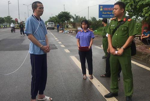 Công (ngoài cùng bên trái) thực nghiệm hiện trường hồi đầu tháng 7. Ảnh: Thu Trang.