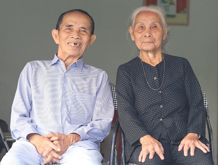 Vợ chồng ông Sơn, bà Kiền. Ảnh: Đức Hùng.
