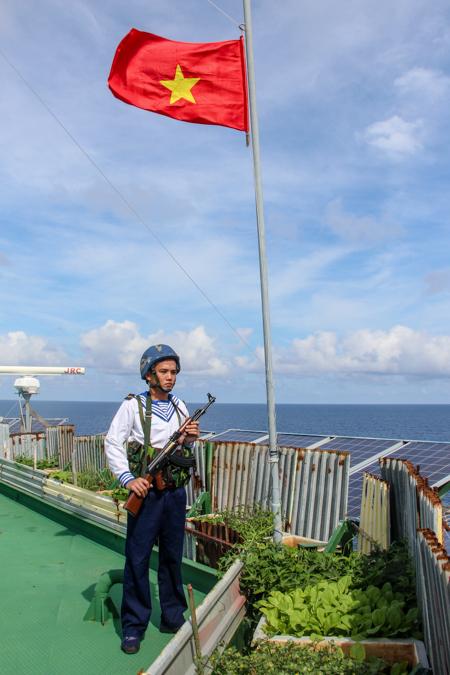 Lính nhà giàn DK1trực gác dưới Quốc kỳ. Ảnh: Phước Tuấn.