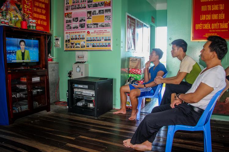 Chiến sỹnhà giàn DK1 xem tivi sau giờ trực gác. Ảnh: Phước Tuấn.