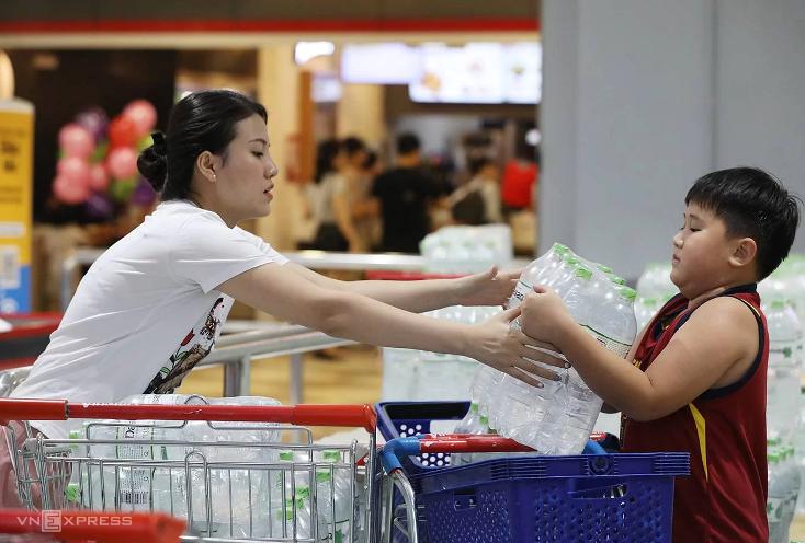 Người Hà Nội mua dự trữ nước đóng chai phục vụ sinh hoạt. Ảnh: Ngọc Thành