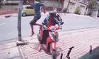 Cô gái ngỡ ngàng vì ngÆ°á»i Äàn ông bÆ°á»c ngang qua xe máy