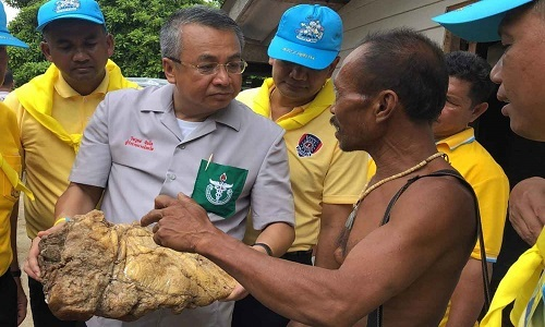 Ông Thiachote cho thị trưởng Wichawut Jinto xem vật thể tìm thấy trên bãi biển. Ảnh: Bangkok Post.