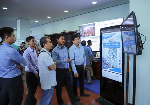 Các đại biểu tham quan gian hàng trưng bày sản phẩm công nghệ tại hội nghị. Ảnh: Nguyễn Đông.