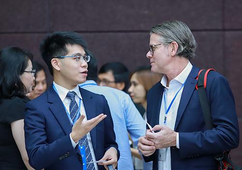 Các đại biểu trao đổi bên lề hội nghị. Ảnh: Nguyễn Đông.