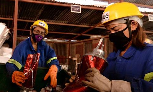 Công nhân phân loại rác được gom về từ Everest. Ảnh: AFP.