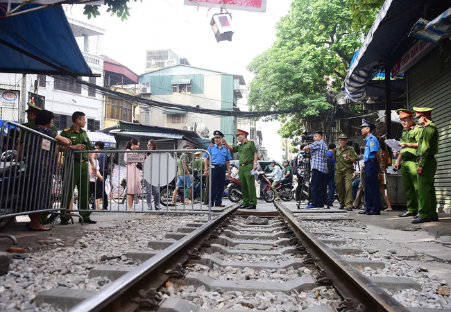 Lực lượng chức năng chốt chặn ngăn du khách vào khu vực đường tàu Phùng Hưng. Ảnh: Giang Huy.