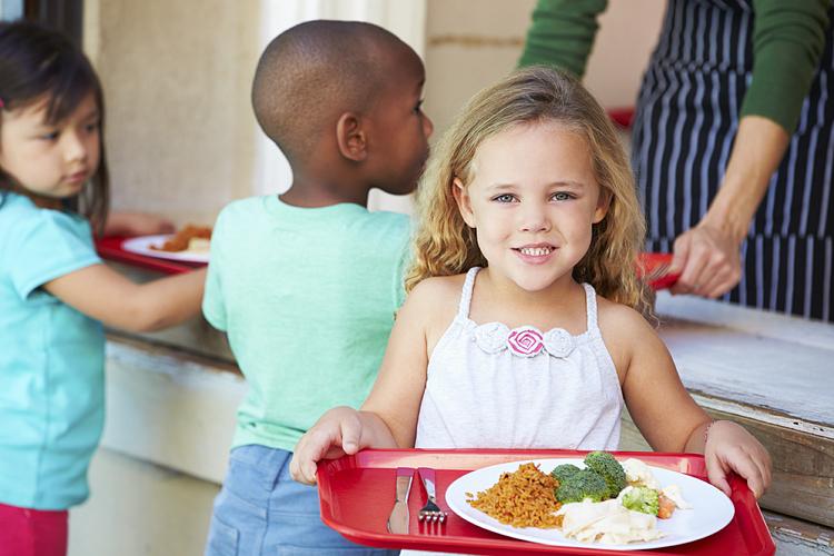 Các học sinh ăn trưa tại trường. Ảnh:Slide share