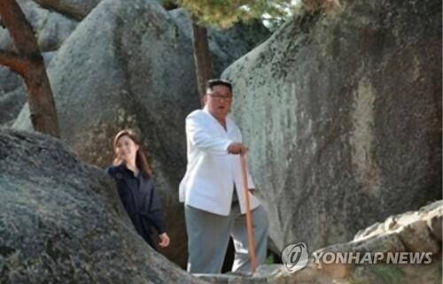 Bà Ri Sol-ju đi sau chồng bà, Chủ tịch Kim Jong-un, trong chuyến đi đến Núi Kumgang trong bức ảnh do KCNA công bố hôm nay. Ảnh: Yonhap.