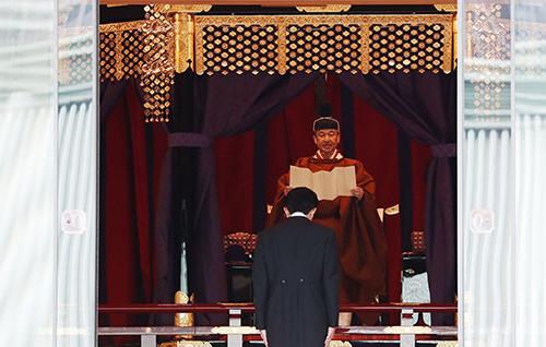 Thủ tướng Shinzo Abe cúi đầu khi Nhật hoàng Naruhito đọc tuyên bố đăng quang tại hoàng cung hôm 22/10. Ảnh: AP