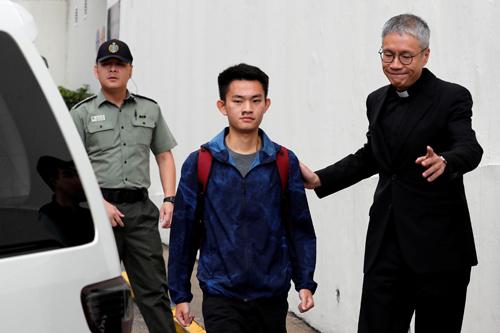 Chan Tong-kai rời nhà tù ở quận Sai Kung, Hong Kong hôm nay. Ảnh: Reuters.