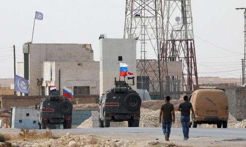 Xe quân sự Nga tuần tra gần Manbij hôm 15/10. Ảnh: Reuters.