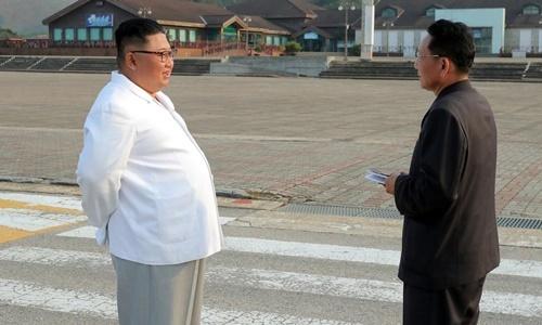 Lãnh đạo Triều Tiên Kim Jong-un (trái) trong chuyến thị sát khu du lịch núi Kumgang. Ảnh: Reuters.
