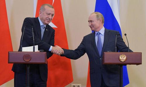 Tổng thống Nga Vladimir Putin (phải) bắt tay người đồng cấp Thổ Nhĩ Kỳ Recep Tayyip Erdogan trong cuộc họp báo tại Sochi hôm 22/10. Ảnh: Reuters.