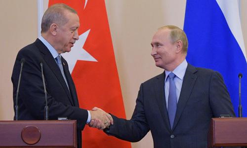 Tổng thống Nga Vladimir Putin (phải) bắt tay người đồng cấp Thổ Nhĩ Kỳ Recep Tayyip Erdogan tại Sochi, Nga hôm qua. Ảnh: Reuters.