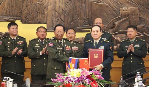 Bộ trưởng Quốc phòng Trung Quốc Ngụy Phượng Hòa (phải) và người đồng cấp Campuchia Tea Banh trong lễ ký kết tại Bắc Kinh hôm 20/10. Ảnh: Khmer Times.