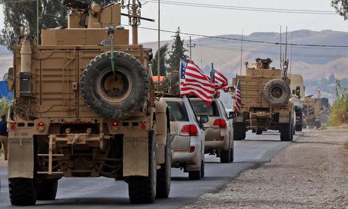 Đoàn xe Mỹ tiến vào lãnh thổ Iraq hôm 21/10. Ảnh: AFP.