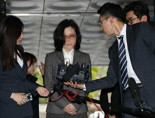 Bà Chung Kyung-sim, vợ cựu Bộ trưởng Tư pháp Cho Kuk, có mặt tại Tòa án quận Trung tâm Seoul hôm nay để tham dự phiên tòa quyết định lệnh bắt giữ. Ảnh: Korea Times.