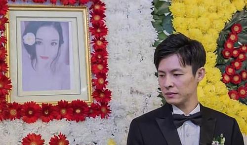 Chú rểXu Shinan đứng cạnh di ảnh vợ trong tang lễ cùng là đám cưới của hai người hôm 19/10. Ảnh: Dailian Evening News