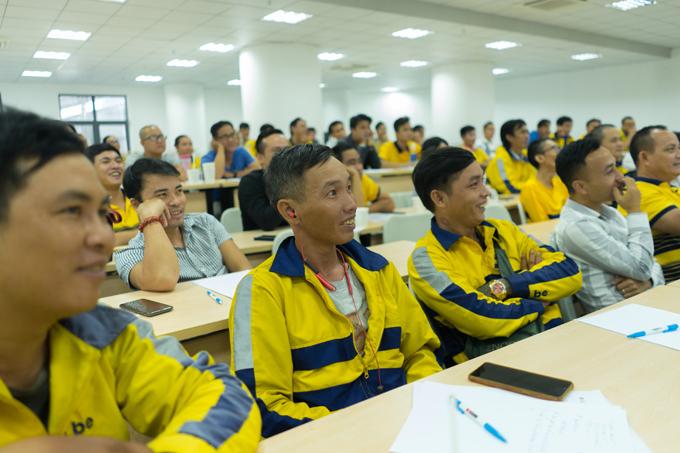 Các tài xế tham gia khóa đào tạo dưới sự hướng dẫn của các chuyên gia.