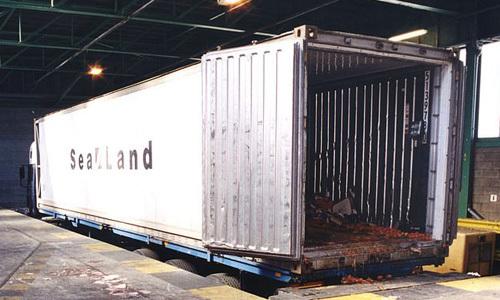 Chiếc xe container chở 60 người Trung Quốc từ Hà Lan tới Anh hồi tháng 6/2000. Ảnh: PA.