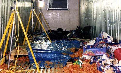 Hiện trường bên trong container nơi nhóm người Trung Quốc chết ngạt hồi tháng 6/2000. Ảnh: PA.
