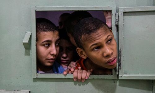 Những đứa trẻ trong một buồng giam