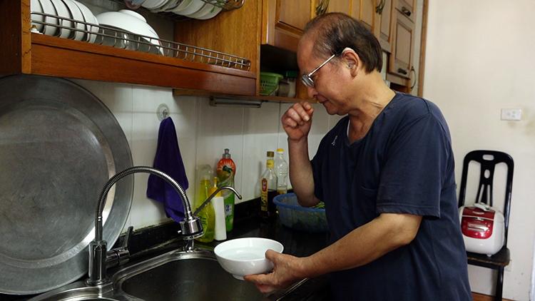 Người dân chung cư 17T10 chưa tin nước sạch sông Đà đã có thể ăn uống. Ảnh: Lộc Chung.