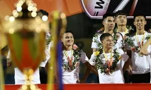 Quang Hải không kịp chạm tay vào Cup vô địch V-League