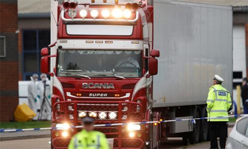 Chiếc xe tải được các nhân viên pháp y lái khỏi khu công nghiệp Waterglade, thị trấn Grays, hạt Essex hôm 23/10 để thu thập các thi thể và nhận dạng. Ảnh: Reuters