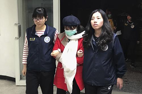 Một công dân Việt Nam bị các nhân viên di trú bắt giữ tại thành phố Tân Bắc, Đài Loan, hôm 28/12/2018 sau vụ 148 du khách mất tích. Ảnh:AP