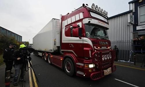 Cảnh sát lái chiếc xe container chở 39 thi thể tại Watergate ngày 23/10. Ảnh: AFP.