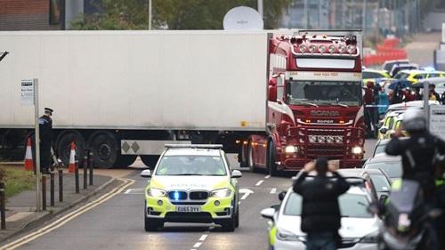 Xe container màu đỏ trắng rời hiện trường ở khu công nghiệp tại hạt Essex cùng 39 thi thể hôm 23/10. Ảnh:Sky.