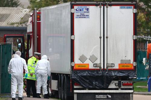 Chiếc xe container chở 39 thi thể tại hiện trường ở khu công nghiệp Waterglade hôm 23/10. Ảnh: PA.